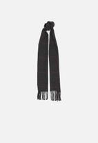 Superbalist - Knitted fringed scarf - black