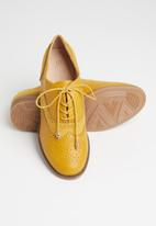 Seduction - Paneled detail brogue - mustard
