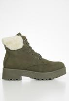 Seduction - Faux fur hiking boot - olive