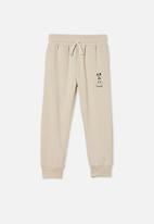 Cotton On - License slouch trackpant - beige