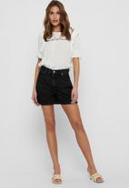 ONLY - Bay life highwaist mom grey denim shorts - black