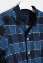 Cotton On - Artie reversible bomber - indigo check