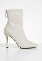 Missguided - Square mid stiletto heel ankle boots - cream