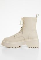 Missguided - Lace up chunky sole ankle boots - cream