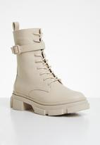 Missguided - Chunky wrap around buckle ankle boots - cream