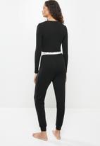 Blake - Branded elastic long crop tee & pants sleep set - black