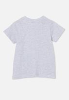 Cotton On - Jamie short sleeve tee-license - lcn wb cloud marle/space jam sylvester