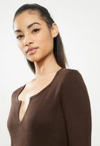 Missguided - Petite notch neck midaxi dress - brown
