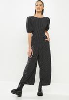 Missguided - Petite tie back puff sleeve jumpsuit - black & white
