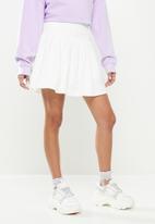 Missguided - Petite pleated tennis skirt - white
