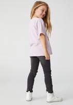 Cotton On - License drop shoulder short sleeve tee - lcn wb tune squad girls/pale violet wash
