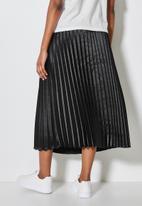 Superbalist - Pleated satin skirt - black