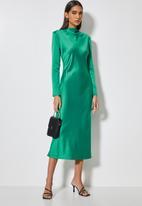 VELVET - Long sleeve satin slip midi dress with shoulder pads - green