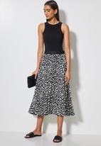 VELVET - Printed pleated midi skirt - black & white