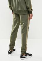 PUMA - Iconic t7 track pants  - grape leaf