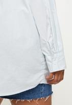 Cotton On - Curve dad shirt - sophie pinstripe sunfaded denim