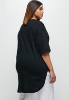 edit Plus - Short sleeve v-neck stepped hem tee - black
