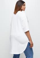 edit Plus - Short sleeve v-neck stepped hem tee - white