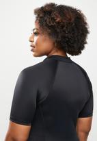 Lizzy - Plus aylin short sleeve rashie - black