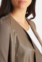 Vero Moda - Dalian Butter Short PU Blazer