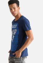 GUESS - Triangle T-shirt
