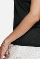 Vero Moda - Camilla embroidered tee