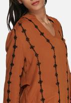 Vero Moda - Samantha embroidered top