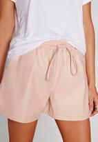 Missguided - Tie waist faux leather shorts