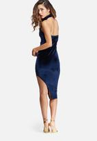 Missguided - Velvet high neck side split midi dress