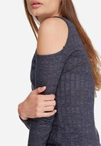 Daisy Street - Cold shoulder ribbed longline top