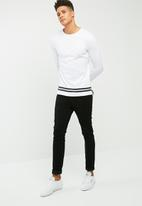 basicthread - Long graphic tail crew neck tee