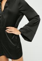 Missguided - Satin v neck oversized cuff dress