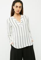 Jacqueline de Yong - Perfect placket blouse