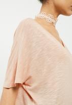 Vero Moda - Rosie tee with lace choker