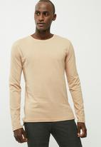 basicthread - Basic tail crew neck tee