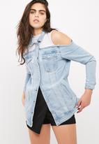 Missguided - Cut out cold shoulder trucker denim jacket