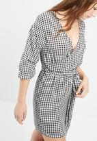 Missguided - Gathered sleeve tie waist gingham dress