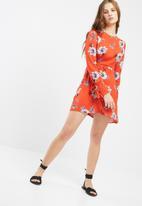 Missguided - Floral print split sleeve open back swing dress