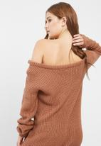Missguided - Off shoulder knitted jumper dress