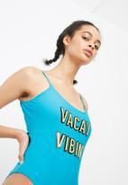 Missguided - Vacay vibin' slogan swimsuit