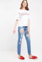 Missguided - Arizona sequin flower detail t-shirt