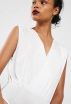 Missguided - White deep plunge pleat detail sleeveless bodysuit