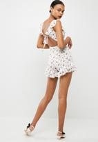 Missguided - Floral frill sleeve playsuit - white