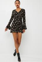 Missguided - V-neck long sleeve mini tea dress