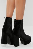 Missguided - Velvet platform ankle boot