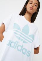 adidas Originals - Boxy logo tee