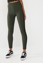 Missguided - Carli Bybel x Missguided stripe slinky leggings