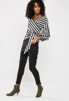 Missguided - Striped puffball sleeves tie waist blouse