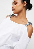 Noisy May - Berlinder cold shoulder top
