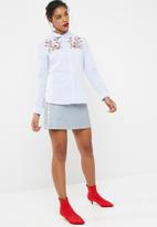 Jacqueline de Yong - Butterfly embroidered shirt